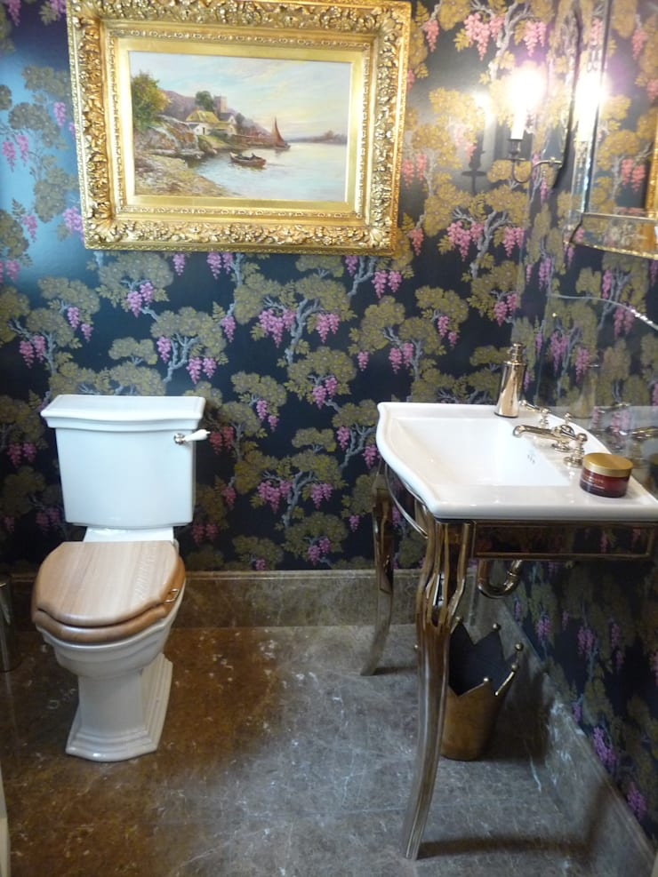 Emprador Marble Flooring:  Bathroom by Marbles Ltd