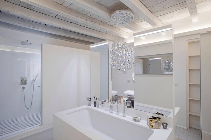 APPARTAMENTO A MILANO: Bagno in stile in stile Minimalista di bdastudio