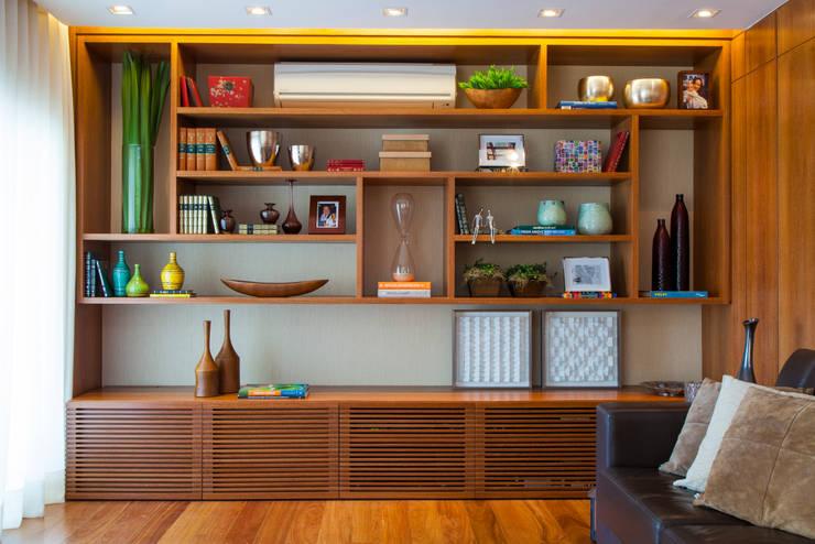 Apartamento RC: Sala de estar  por Très Arquitetura
