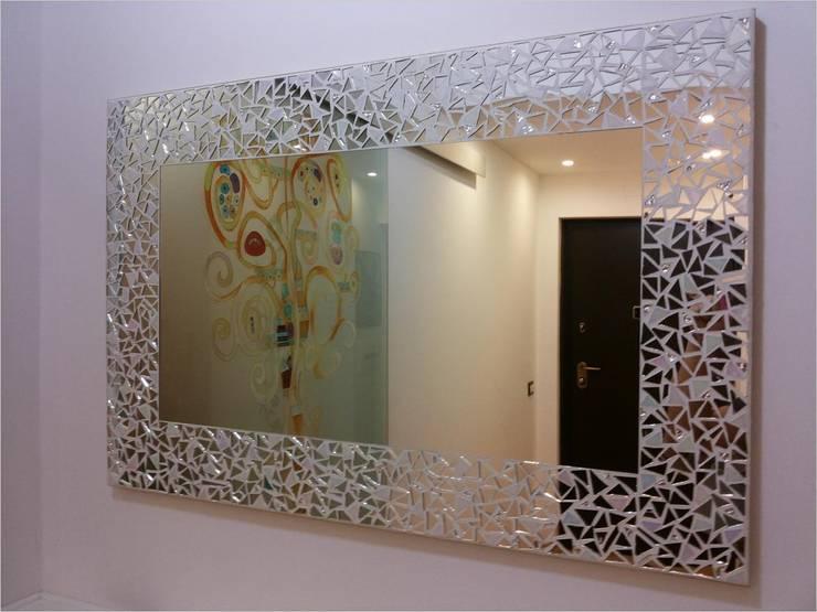 SPECCHIERA IN MOSAICO MODELLO BEST: Bagno in stile  di luisa degli specchi