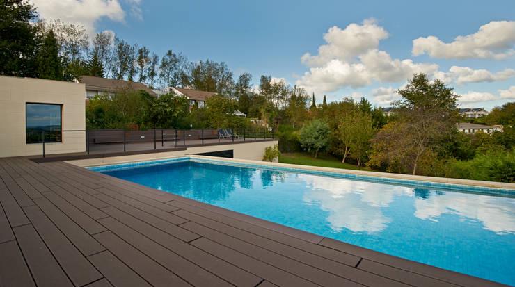 Zona del nuevo garaje habilitando una piscina : Casas de estilo  de DECONS  GKAO S.L.