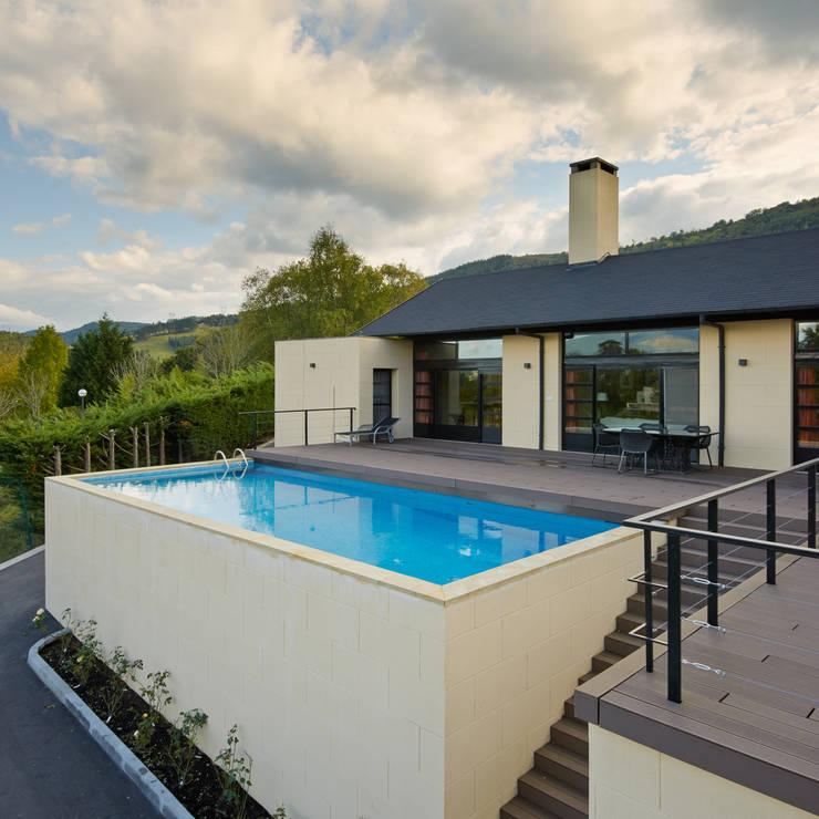 Piscina y zona de estar sobre garaje: Casas de estilo  de DECONS  GKAO S.L.