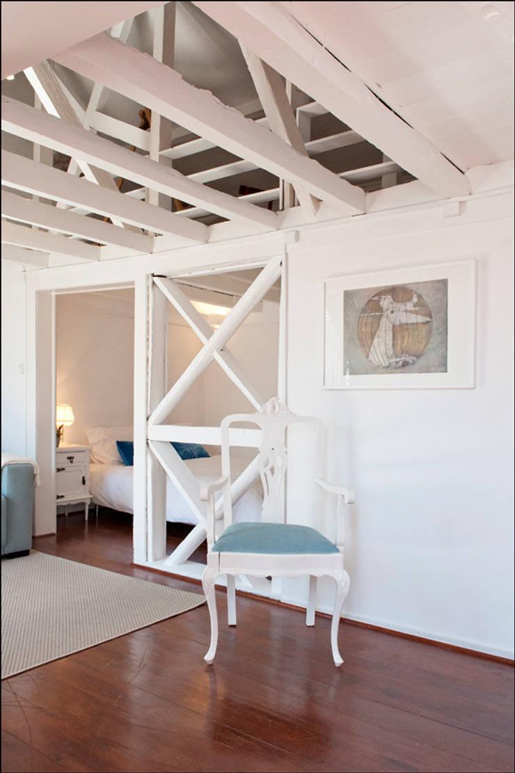 AFTER - living / bedroom - Lisbon studio for short rental:   por Home Staging Factory