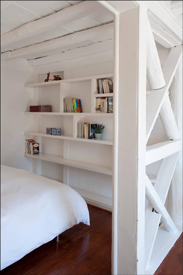 AFTER - bedroom room - Lisbon studio for short rental:   por Home Staging Factory
