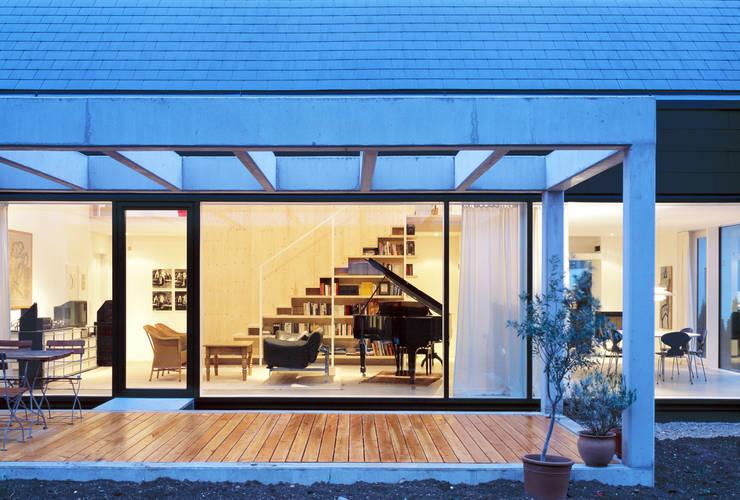 Terasse mit Blick in das Wohnzimmer: skandinavische Häuser von Bohn Architekten GbR