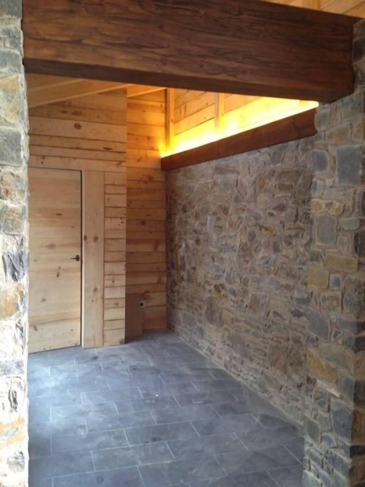 Refugio montaña , Iluminación leds : Paredes de estilo  de Estilpro S.L.