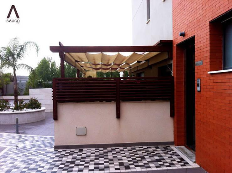 Pérgolas en residencial: Terrazas de estilo  de SAUCO DESIGN S.L.