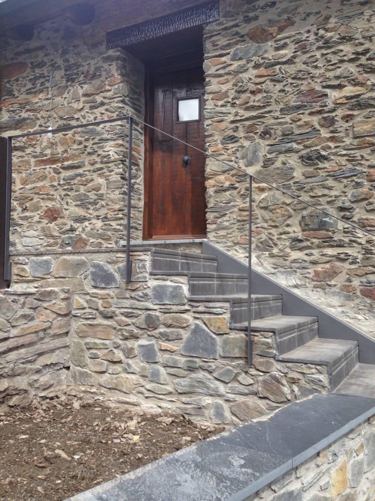 Refugio de montaña : Paredes de estilo  de Estilpro S.L.