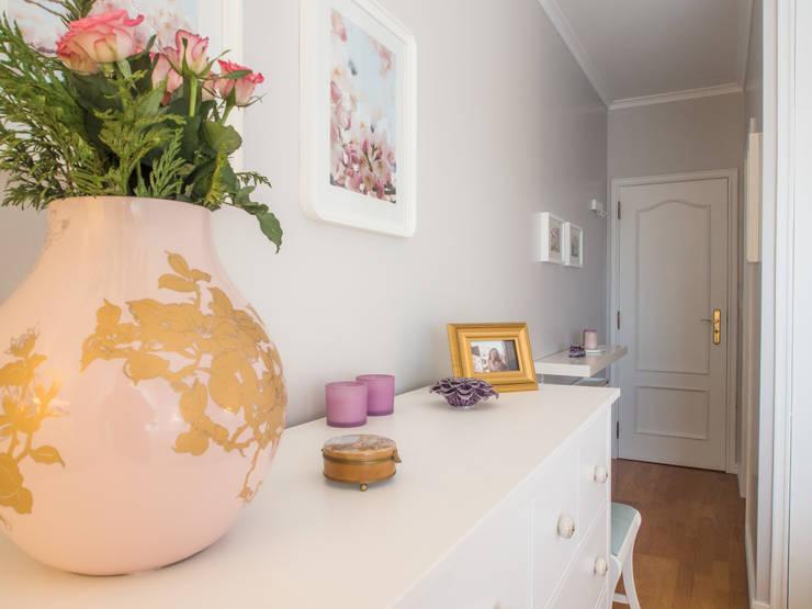Apartamento em Sintra: Quartos  por MUDA Home Design
