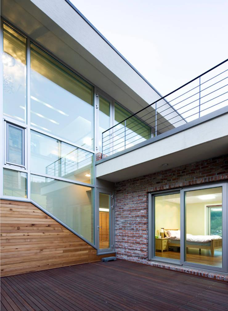 원당리주택 15호: 유오에스건축사사무소(주)의  주택