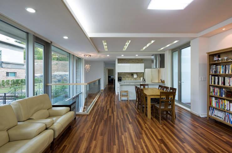 원당리주택 15호: 유오에스건축사사무소(주)의  거실