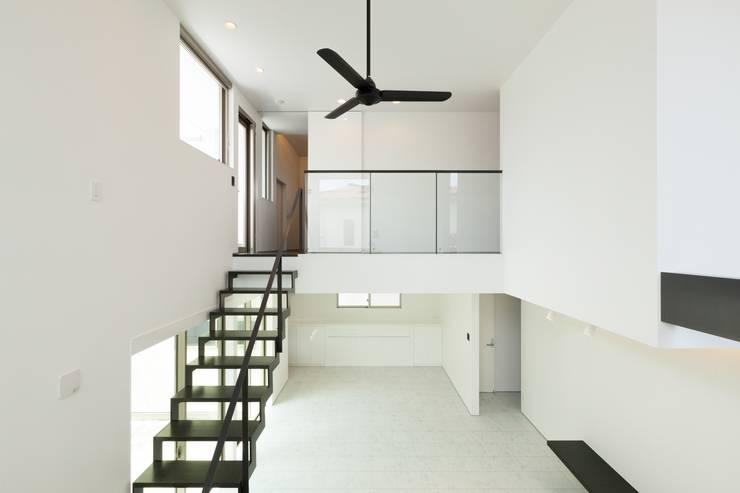 若草の家: KOBAYASHI ARCHITECTS STUDIOが手掛けたリビングです。,モダン