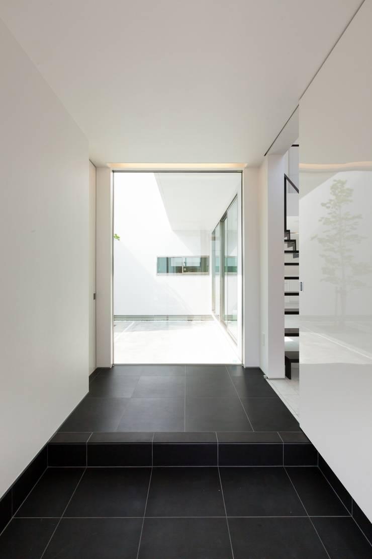 若草の家: KOBAYASHI ARCHITECTS STUDIOが手掛けた廊下 & 玄関です。,モダン
