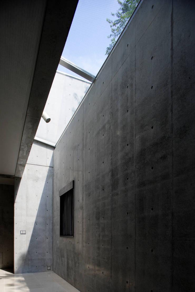 トップライト越しに青空と緑を望む: 鈴木賢建築設計事務所/SATOSHI SUZUKI ARCHITECT OFFICEが手掛けたリビングです。,モダン