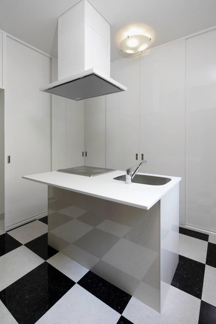 既製品を組み合わせたローコストキッチン: 鈴木賢建築設計事務所/SATOSHI SUZUKI ARCHITECT OFFICEが手掛けたキッチンです。,モダン