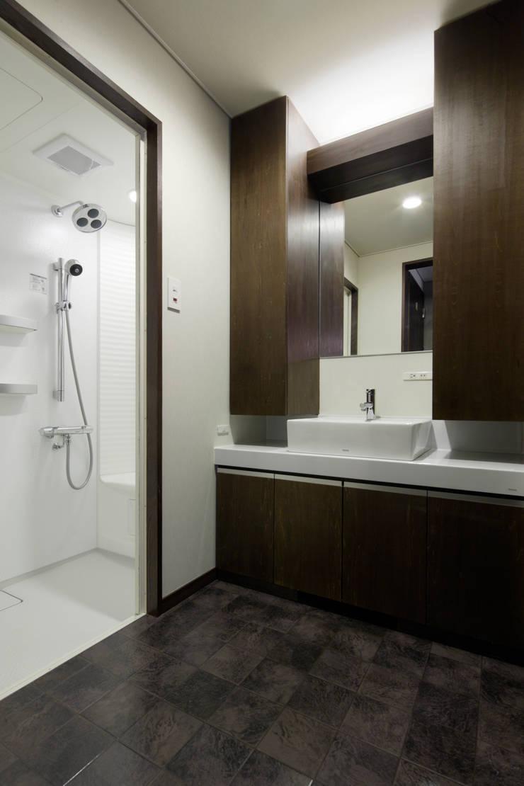 造り付け家具で空間を統一した洗面脱衣室: 鈴木賢建築設計事務所/SATOSHI SUZUKI ARCHITECT OFFICEが手掛けた現代のです。,モダン