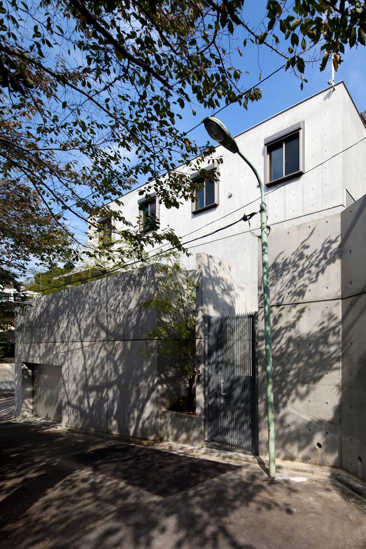 南面外観: 鈴木賢建築設計事務所/SATOSHI SUZUKI ARCHITECT OFFICEが手掛けた家です。,モダン