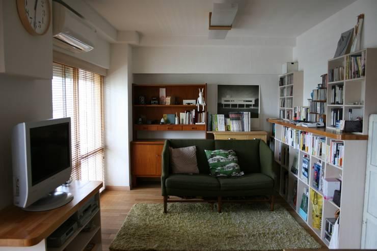 お気に入りの家具と造り付け家具の調和: 鈴木賢建築設計事務所/SATOSHI SUZUKI ARCHITECT OFFICEが手掛けたリビングです。