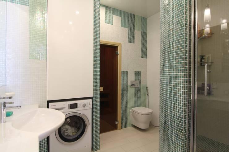 Ванная комната вид на сауну:  в . Автор – ARHITEKTO