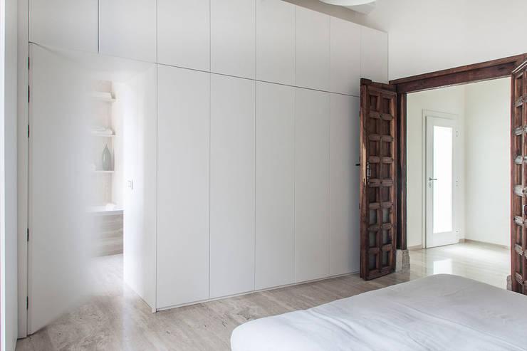 Camera matrimoniale: Camera da letto in stile  di Tramas