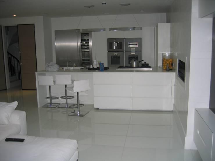 White Japonais: floors, steps in a mansion:  Kitchen by Stoneville (UK) Ltd