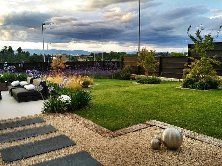 Jardín Contemporaneo: Jardines de estilo moderno de La Paisajista - Jardines con Alma