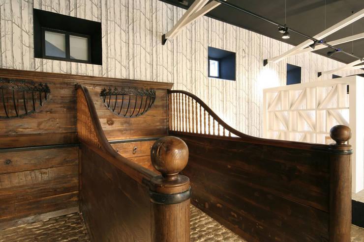 Antiguas caballerizas convertidas en espacio polivalente diseñado por Sube Interiorismo:  de estilo  de Sube Susaeta Interiorismo