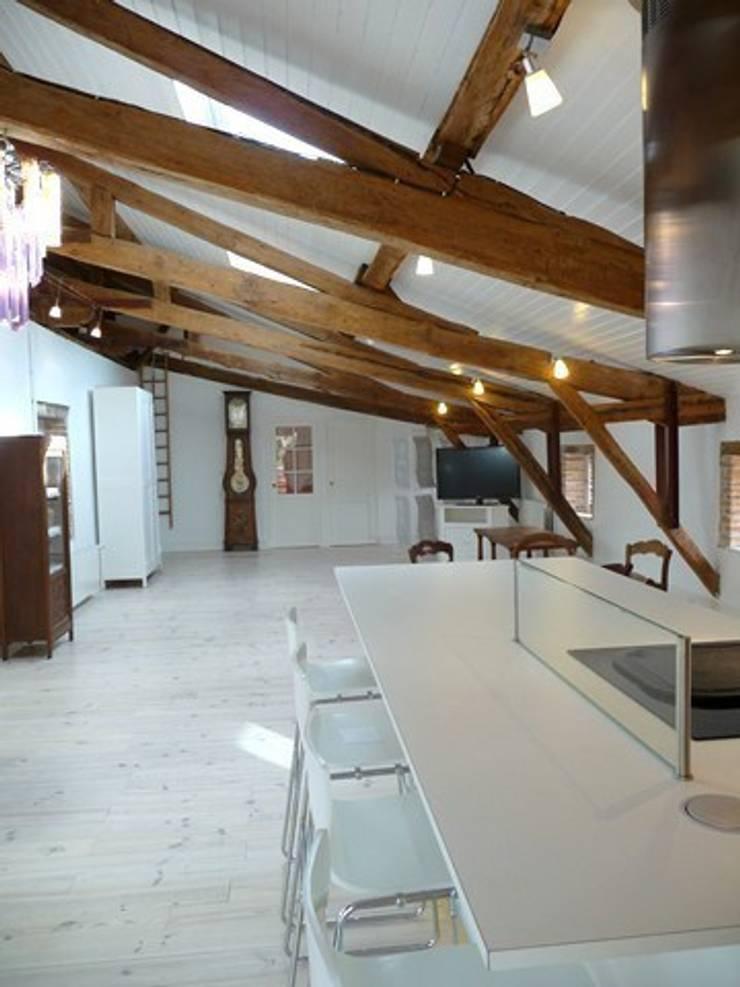 résidence secondaire : loft à la campagne: Salon de style  par Modularoom