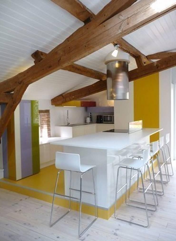 résidence secondaire : loft à la campagne: Cuisine de style  par Modularoom