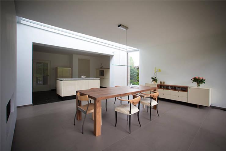 eetkamer bij keuken: moderne Eetkamer door 3d Visie architecten