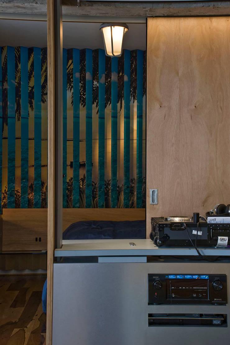 Interior | Apartamento – IV: Salas multimídia  por ARQdonini Arquitetos Associados