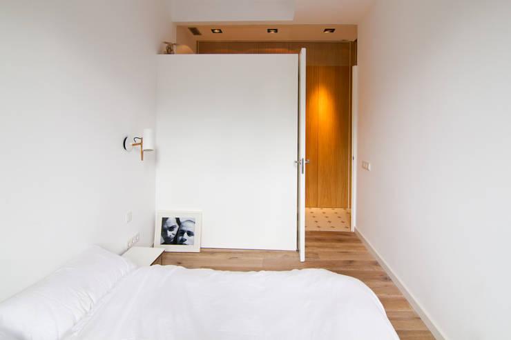 """Rehabilitación de Piso en el """"Eixample"""" de Barcelona: Dormitorios de estilo ecléctico de IF arquitectos"""