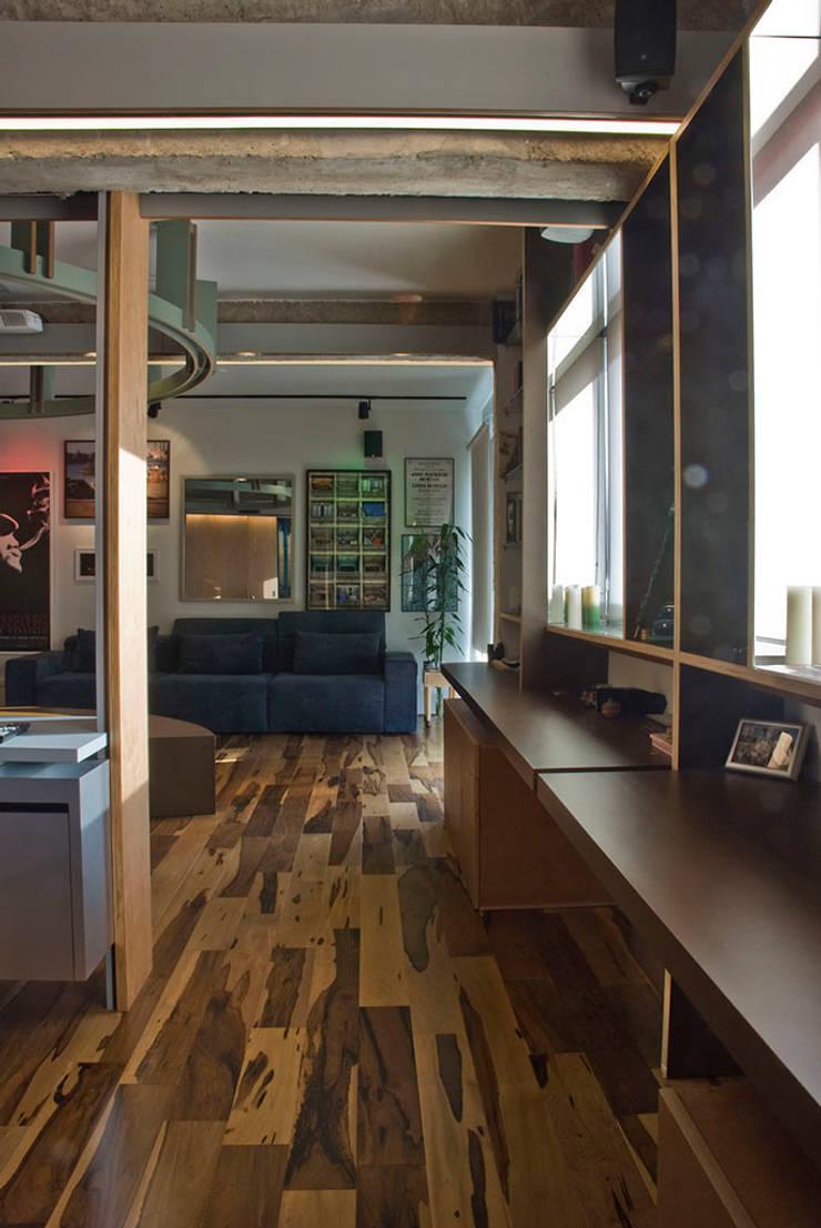 Interior | Apartamento – IV: Salas de estar  por ARQdonini Arquitetos Associados