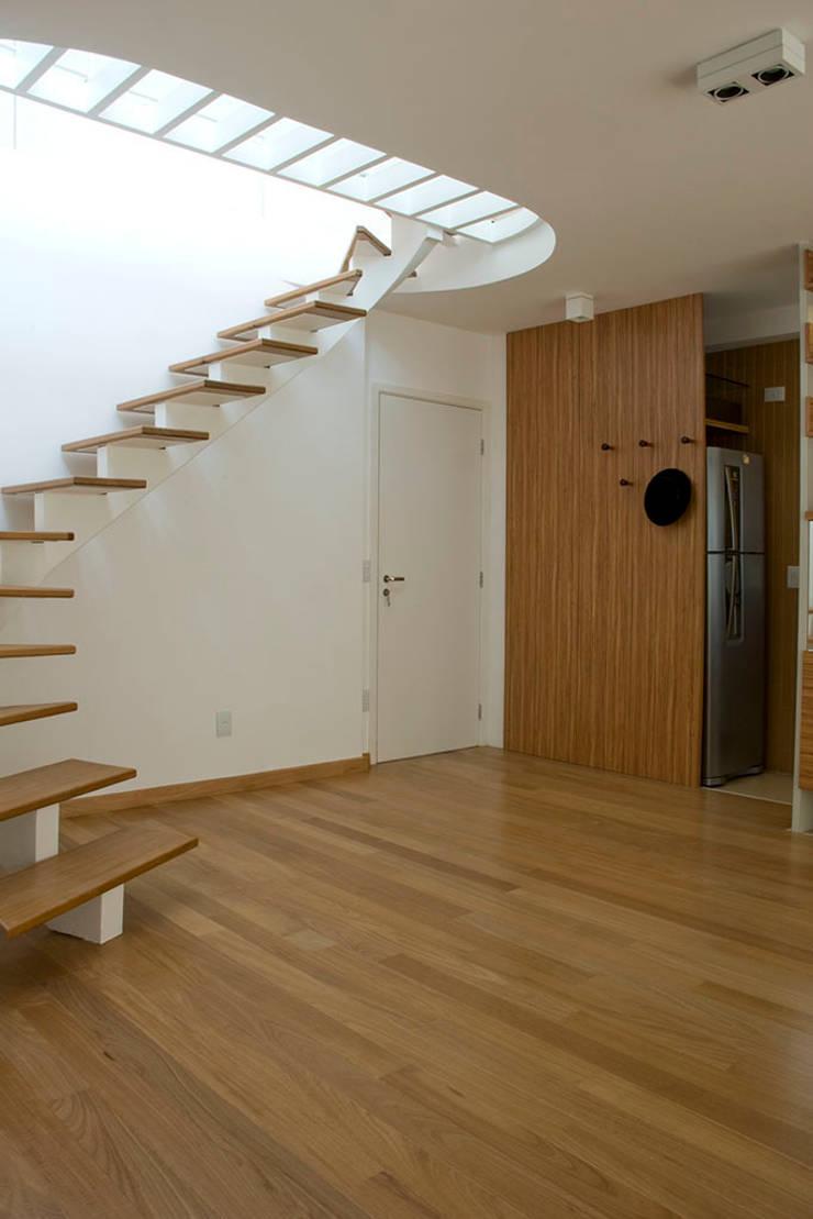 Judith | edifício: Corredores e halls de entrada  por ARQdonini Arquitetos Associados