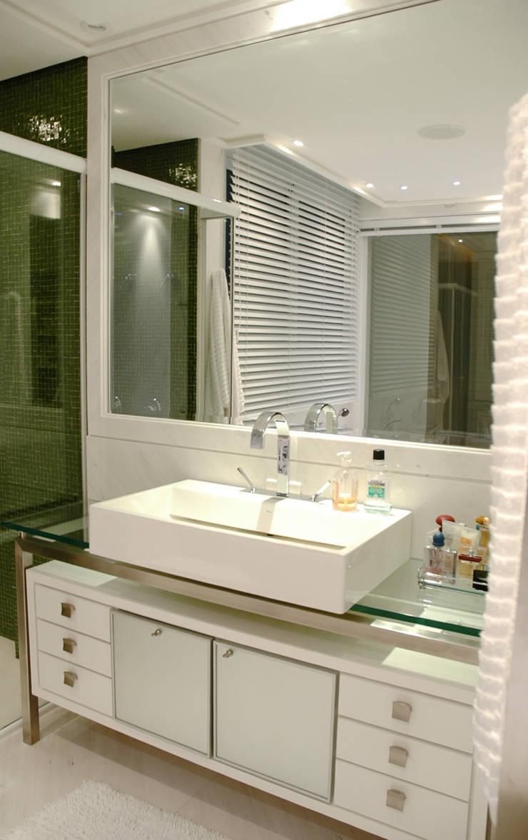 Apartamento Cond. Solar do Mar: Banheiros  por Mantovani e Rita Arquitetura