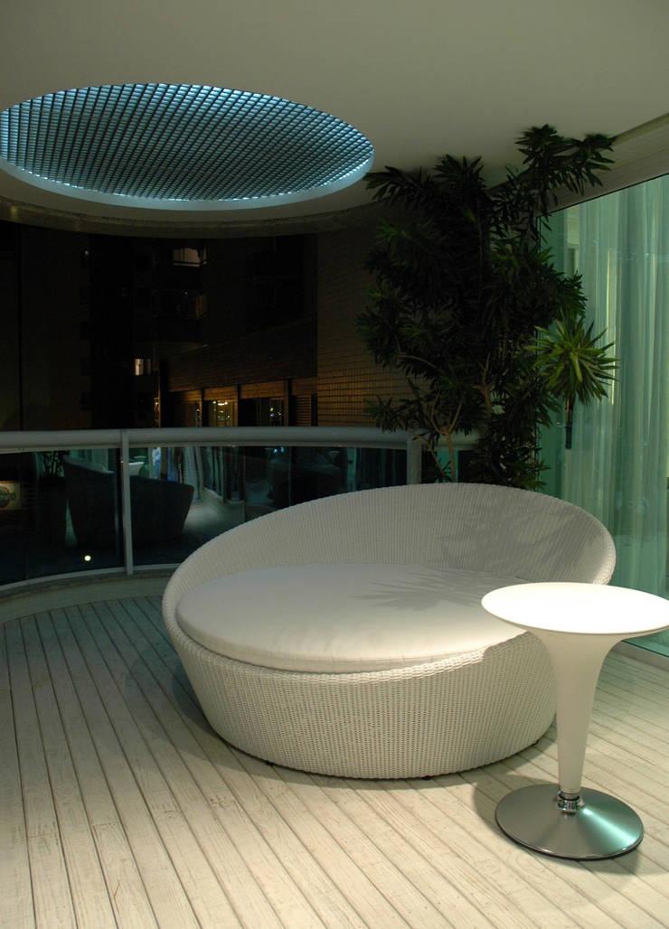 Apartamento Cond. Solar do Mar: Terraços  por Mantovani e Rita Arquitetura
