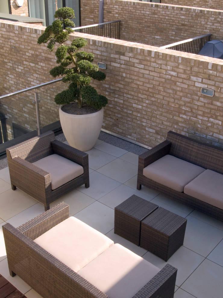 Sandstone Paving Balcones y terrazas de estilo minimalista de Paul Dracott Garden Design Minimalista