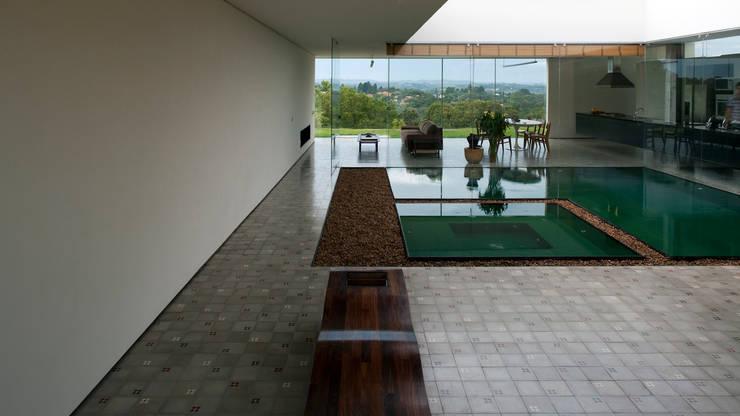 Terraço, piscina e sala de estar: Terraços  por Tacoa