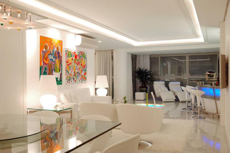 Apartamento Cond. Solar do Mar: Salas de estar  por Mantovani e Rita Arquitetura
