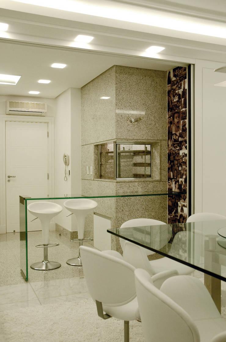 Apartamento Cond. Solar do Mar: Salas de jantar  por Mantovani e Rita Arquitetura