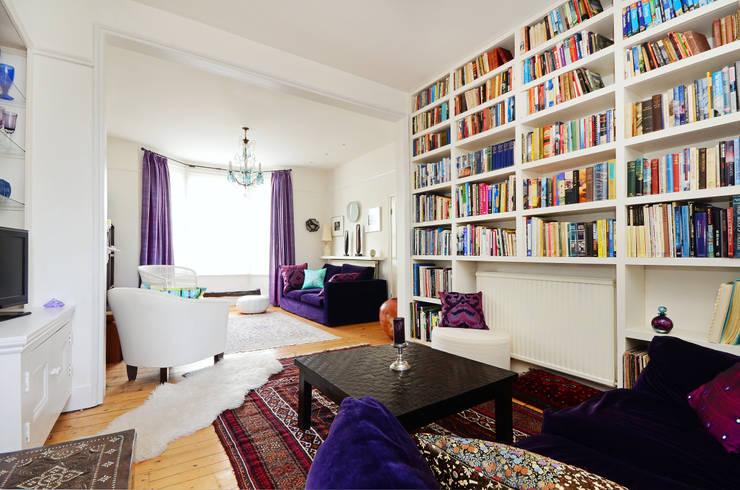 Living room bespoke shelving:  Living room by ZazuDesigns