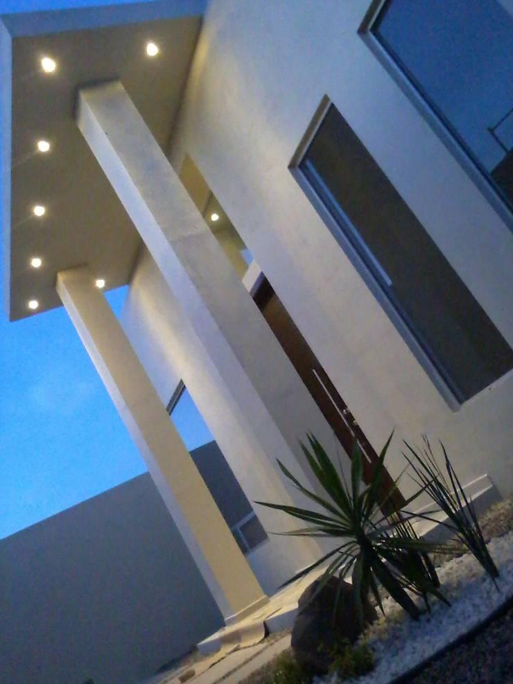 Entrada: Espacios comerciales de estilo  por Guiza Construcciones