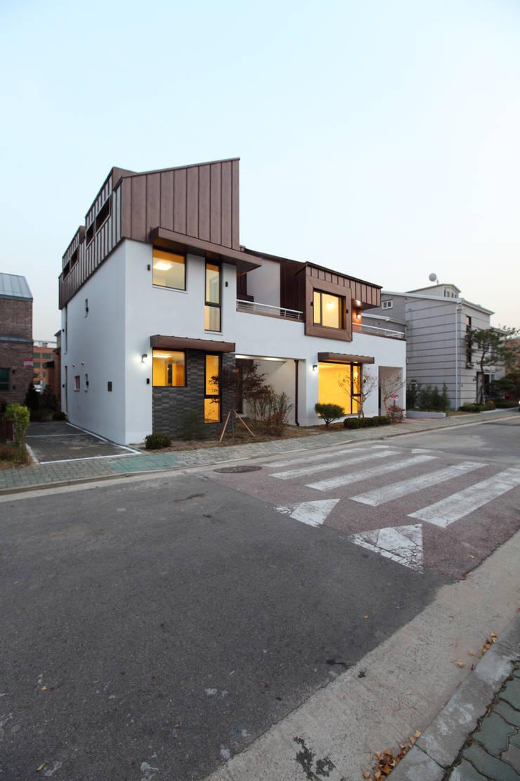 하남주택의 도로변모습: 주택설계전문 디자인그룹 홈스타일토토의  주택