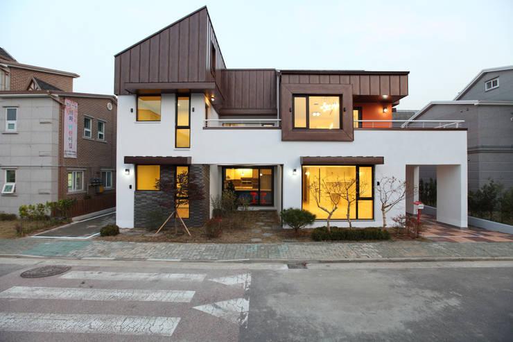 하남주택의 정면: 주택설계전문 디자인그룹 홈스타일토토의  주택