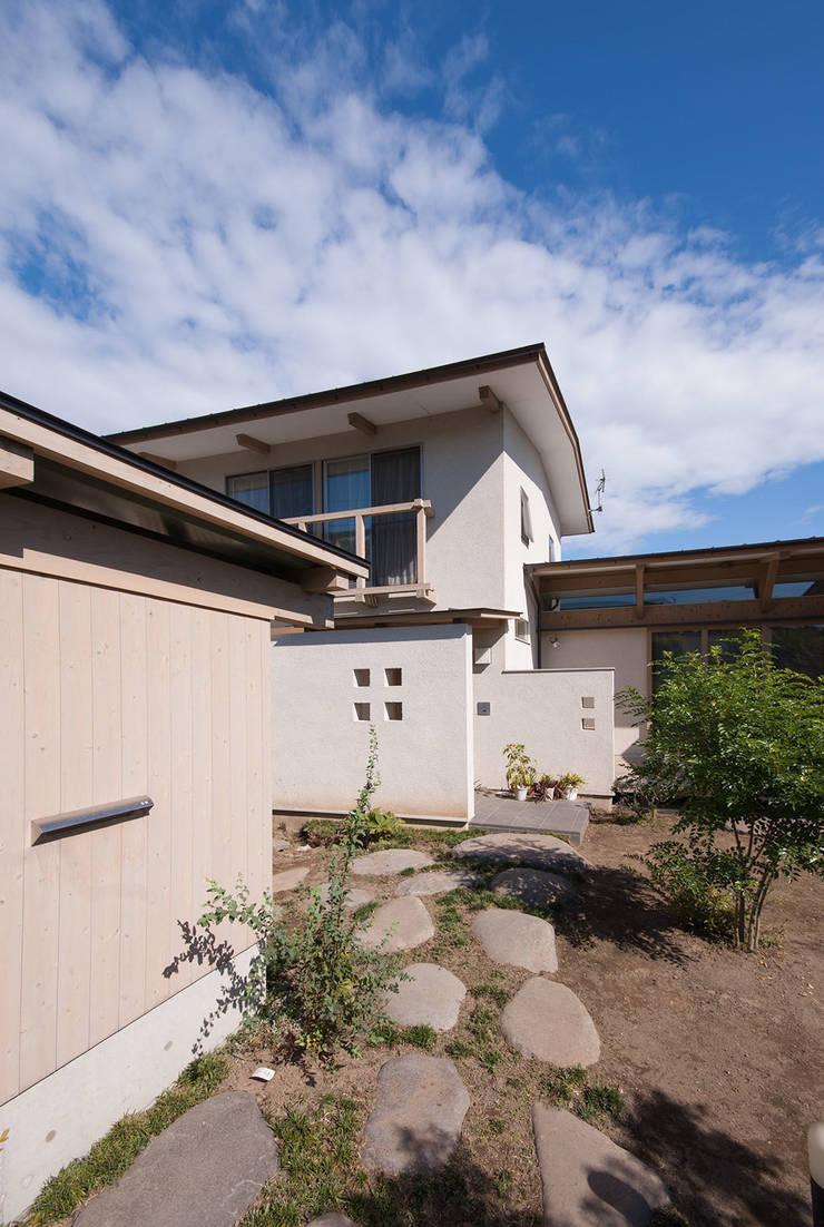 柿の木のある家: あきもとちえこ建築設計事務所が手掛けた家です。