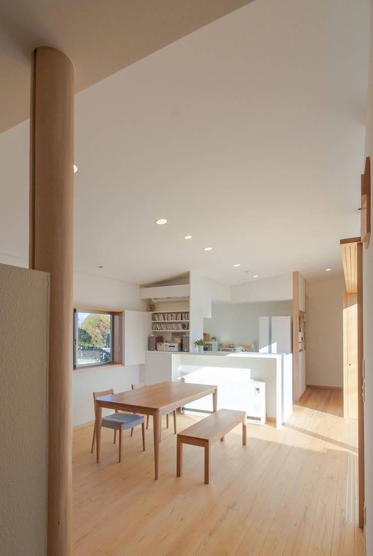柿の木のある家: あきもとちえこ建築設計事務所が手掛けたダイニングです。
