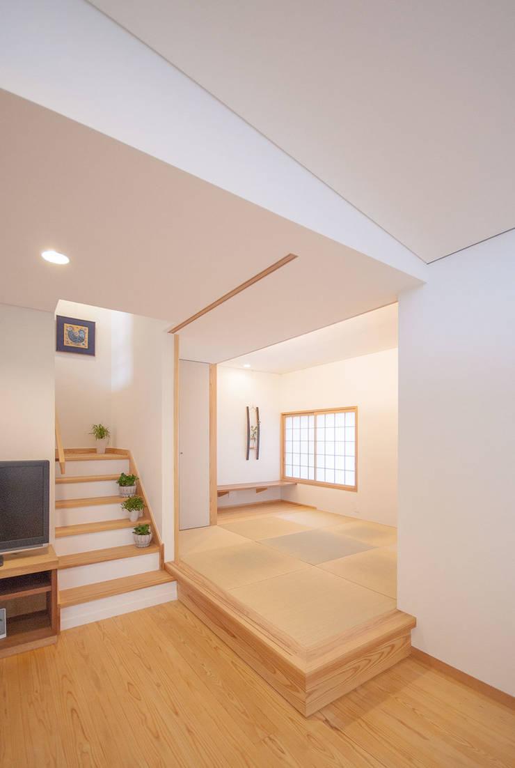 柿の木のある家: あきもとちえこ建築設計事務所が手掛けた和室です。