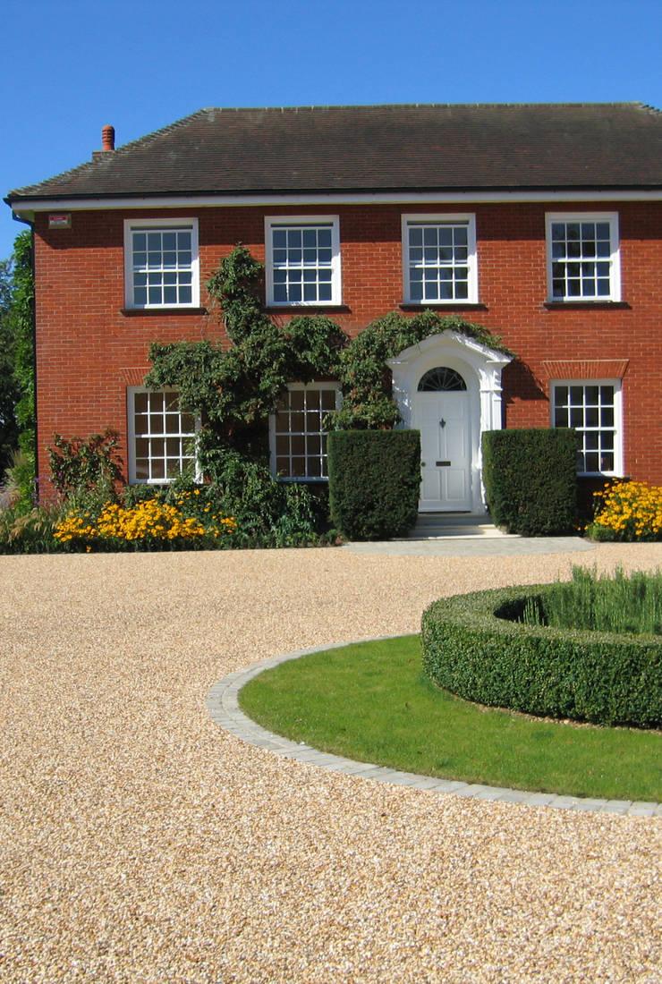 Sweeping Driveway:  Garden by Paul Dracott Garden Design