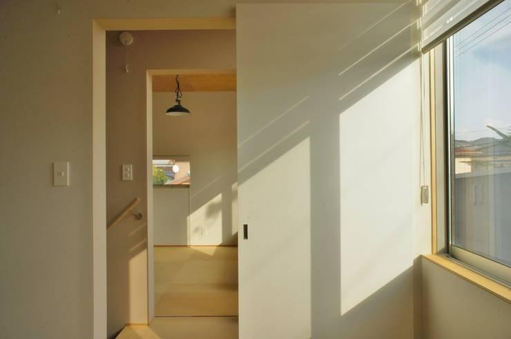 Danchi house ―どこにでもある団地の家―: 一級建築士事務所オブデザインが手掛けた寝室です。