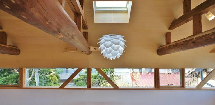 T House ―築100年の納屋をリノベーション―: 一級建築士事務所オブデザインが手掛けた窓です。,モダン